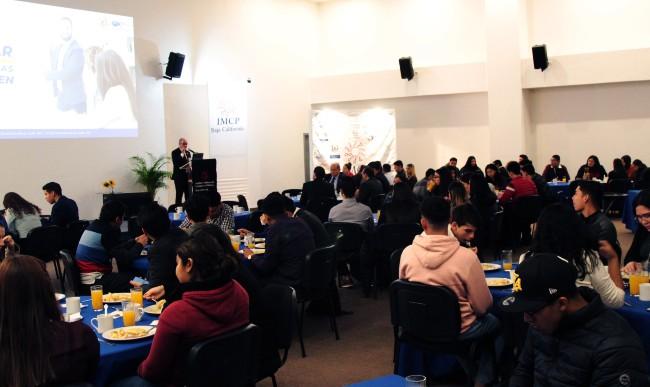 Comparten experiencias en comercio exterior a jóvenes universitarios